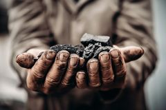 Kohle in den Bergmanngriffen Konzeptindustriebergbau lizenzfreies stockbild