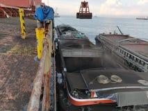 Kohle, die Operation auf Massengutfrachter entlädt lizenzfreie stockfotografie