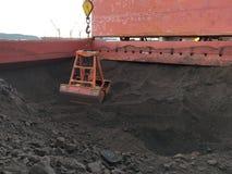 Kohle, die Operation auf Massengutfrachter entlädt lizenzfreies stockbild