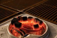Kohle für Hukahitze auf einem elektrischen Ofen lizenzfreie stockfotos