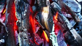 Kohle und hölzernes Feuer stock video footage