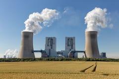 Kohlebeheiztes Kraftwerk nahe Braunkohlenbergwerk Garzweiler in Deutschland stockfotos