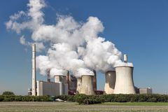 Kohlebeheiztes Kraftwerk nahe Braunkohlenbergwerk Garzweiler in Deutschland lizenzfreie stockfotos