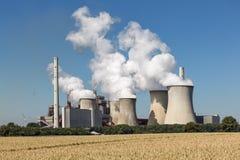 Kohlebeheiztes Kraftwerk nahe Braunkohlenbergwerk Garzweiler in Deutschland stockbilder