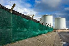 Kohlehaufen und Kraftstofftanks Lizenzfreie Stockfotografie