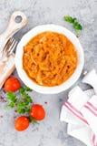 Kohleintopfgericht Kohl gedünstet in der Tomatensauce stockfoto