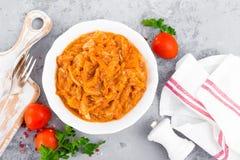 Kohleintopfgericht Kohl gedünstet in der Tomatensauce stockbilder