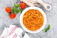 Kohleintopfgericht Kohl gedünstet in der Tomatensauce stockfotografie