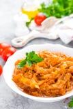 Kohleintopfgericht Kohl gedünstet in der Tomatensauce lizenzfreie stockbilder