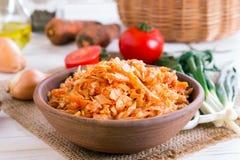 Kohleintopfgericht Kohl gedünstet in der Tomatensauce lizenzfreie stockfotos