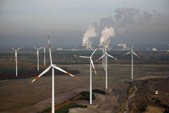Kohlekraftwerk und Windkraftanlagen Lizenzfreie Stockfotos
