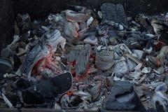 Kohlen auf Feuer in der Asche Stockbild