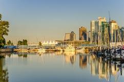 Kohlen-Hafen-und Vancouver-Skyline bei Sonnenuntergang Lizenzfreie Stockbilder