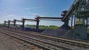 Kohlen-Stapeln und Bahnen Lizenzfreies Stockbild