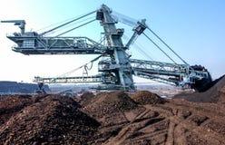 Kohlenaushöhlung auf dem Tagebau lizenzfreie stockfotografie