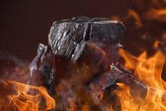 Kohlenklumpen mit Feuerflammen Lizenzfreies Stockfoto