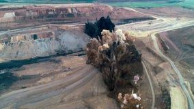 Kohlensprengstoff bearbeitet Luft stock footage