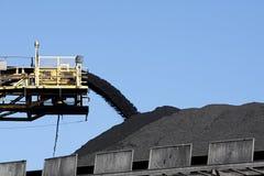 Kohlenstapel und Förderband Stockfotos