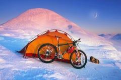 Kohlenstofffahrrad auf die Winteroberseite lizenzfreie stockfotografie