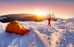 Kohlenstofffahrrad auf die Winteroberseite lizenzfreie stockbilder