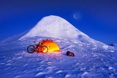 Kohlenstofffahrrad auf die Winteroberseite Stockbilder