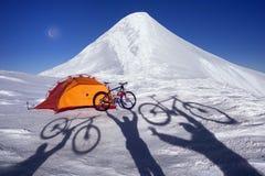 Kohlenstofffahrrad auf die Winteroberseite lizenzfreie stockfotos
