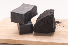 Kohlenstoffseife und ein Stapel der Kohle Stockfoto