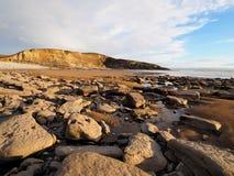 Kohlestoffhaltige Schichten Kalkstein- und Schieferklippen bei Dunraven bellen, Tal von Glamorgan, Südwales lizenzfreies stockfoto