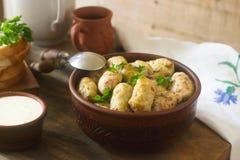 Kohlrollen dienten mit Sauerrahm, Brot und Wein Dolma, sarma, sarmale, golubtsy oder golabki Stockfoto