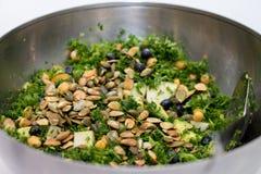 Kohlsalat in der silbernen Salatschüssel auf weißem Hintergrund Lizenzfreies Stockfoto