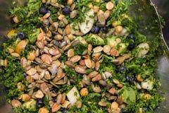 Kohlsalat im silbernen vollen Rahmen der Salatschüssel Stockfotografie