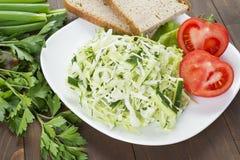Kohlsalat mit Gurke, Tomaten und Kräutern Stockfotos