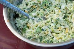 Kohlsalat mit Mais und Gurken Geschmackvoll und gesund stockbild