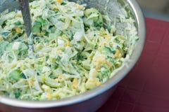 Kohlsalat mit Mais und Gurken Geschmackvoll und gesund stockfoto