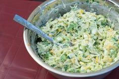 Kohlsalat mit Mais und Gurken Geschmackvoll und gesund lizenzfreie stockfotografie