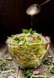 Kohlsalat mit Rettich mit flacher Schärfentiefe Lizenzfreies Stockfoto
