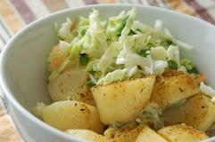 Kohlsalat und -kartoffel lizenzfreie stockbilder
