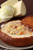Kohlsuppe in einer Brotschüssel stockfotos