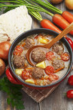 Kohlsuppe mit Fleischklöschen und Tomaten Stockbild