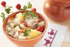 Kohlsuppe mit frischem Kohl mit Speck Lizenzfreie Stockfotos