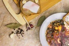 Kohlsuppe, Speck mit Brot und Knoblauch Brot mit Sauerrahm Lizenzfreie Stockbilder