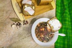 Kohlsuppe, Speck mit Brot und Knoblauch Brot mit Sauerrahm Stockfoto
