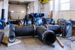 Kohonovo, Λευκορωσία - 29 Οκτωβρίου 2015: Διαδικασία εγκατάστασης του δικτύου θέρμανσης μονάδων διανομής στην αποθήκη εμπορευμάτω Στοκ φωτογραφία με δικαίωμα ελεύθερης χρήσης