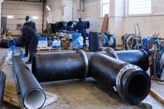 Kohonovo, Λευκορωσία - 29 Οκτωβρίου 2015: Διαδικασία εγκατάστασης του δικτύου θέρμανσης μονάδων διανομής στην αποθήκη εμπορευμάτω Στοκ φωτογραφίες με δικαίωμα ελεύθερης χρήσης