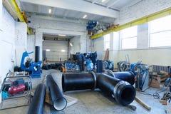 Kohonovo, Λευκορωσία - 29 Οκτωβρίου 2015: Διαδικασία εγκατάστασης του δικτύου θέρμανσης μονάδων διανομής στην αποθήκη εμπορευμάτω Στοκ Εικόνες