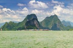 KohPanyee bosättning som byggs på styltor av den Phang Nga fjärden Royaltyfri Fotografi