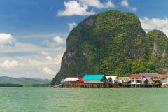KohPanyee bosättning som byggs på styltor av den Phang Nga fjärden Fotografering för Bildbyråer