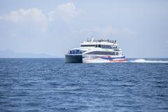 KOHTAO TAILANDIA - MARCH7,2018: ove corriente del barco de la velocidad del catamarán Foto de archivo