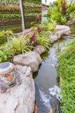 Koi-Fische im Teichgarten Stockbilder
