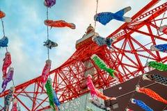 Koinobori przy Tokio wierza Zdjęcia Stock
